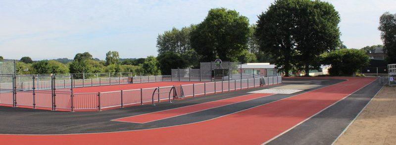 Terrain multisport et piste d'athlétisme